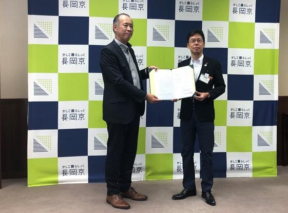 長岡京市東配水池マイクロ水力発電事業協定締結式のようす