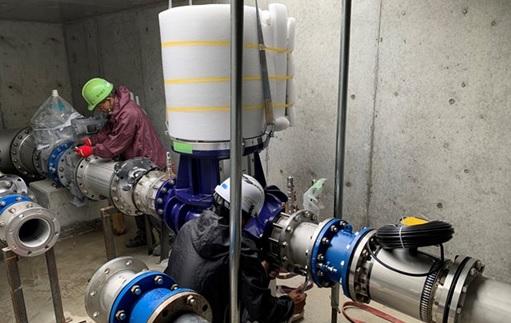楠根配水場でのマイクロ水力発電機の取り付け