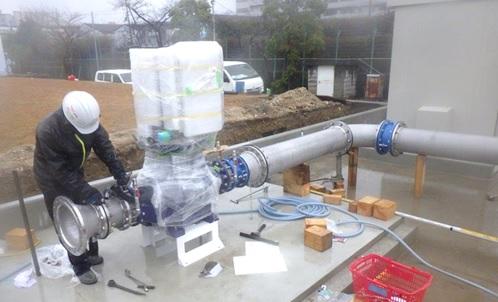 水走配水場マイクロ水力発電所 発電機取付のようす(1)
