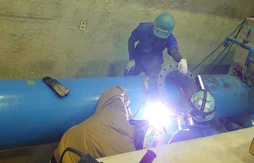 江南市下般若配水場マイクロ水力発電所でのネックフランジ溶接(1)