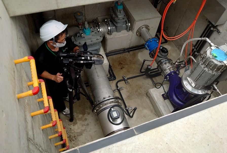 刈谷市一ツ木配水場マイクロ水力発電所の撮影のようす