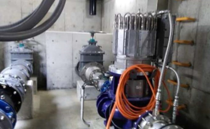 香芝市今泉配水場マイクロ水力発電所の発電機のようす